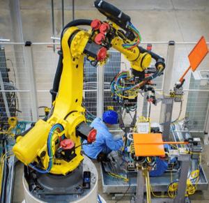 Homme programmant un robot
